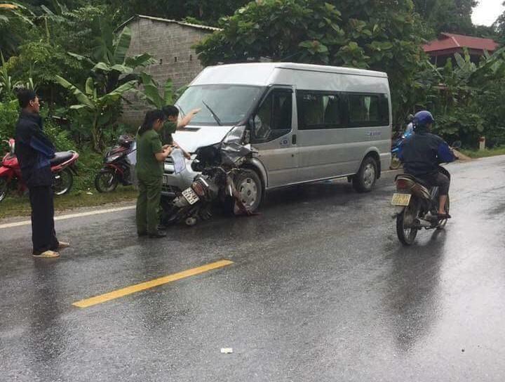 Sau cú đâm trực diện rất mạnh, chiếc xe máy bị dính chặt vào xe khách, hư hỏng nặng