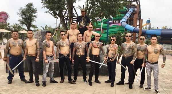 Anh Phú nổi bật giữa dàn diễn viên quần chúng nhờ bộ trang sức vàng.