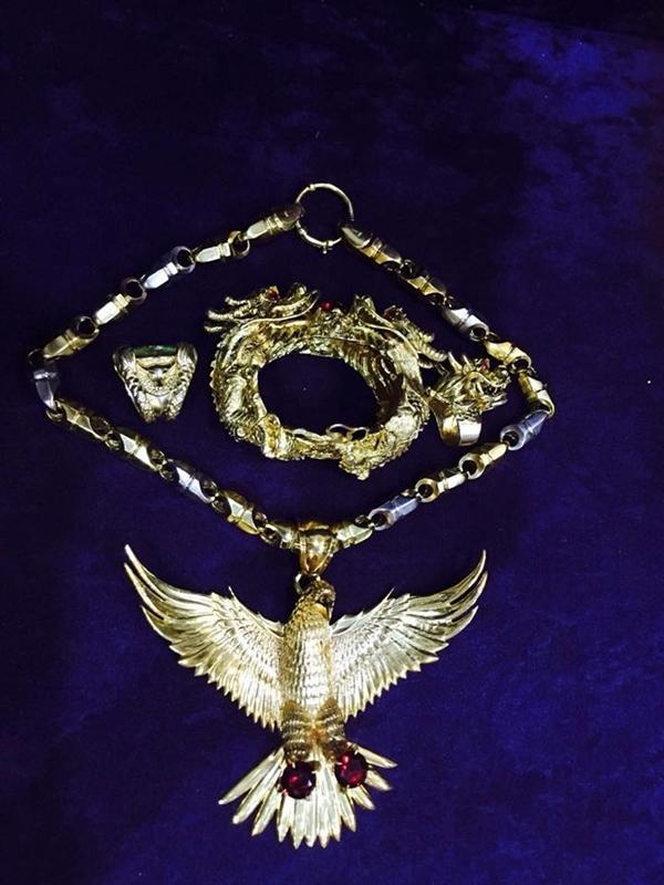 Cận cảnh vòng cổ hình đại bàng làm bằng vàng.