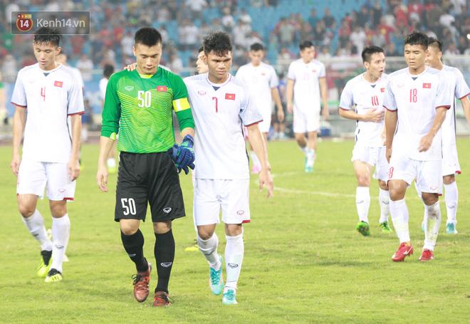 Ngay sau tiếng còi kết thúc của trọng tài, với tấm băng đội trưởng trên tay Bùi Tiến Dũng dẫn đầu toàn đội U23 Việt Nam đi quanh sân Mỹ Đình để cảm ơn khán giả.