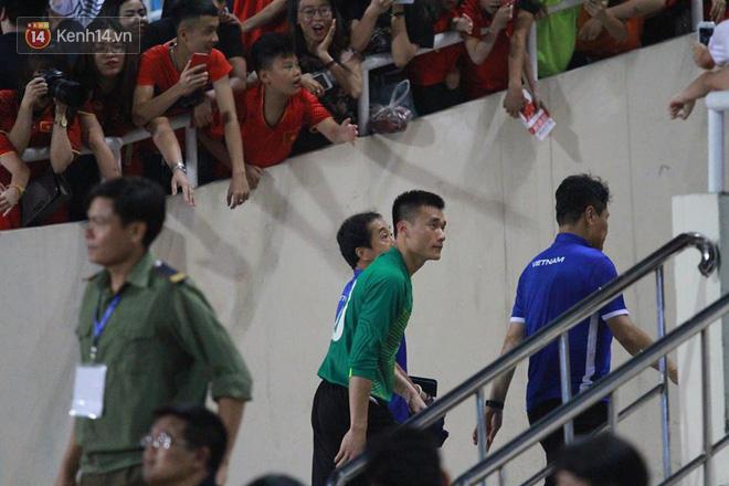 Rất đông người hâm mộ đứng lại ngay lối vào của U23 Việt Nam để chúc mừng thần tượng. Thủ thành 21 tuổi nhẹ nhàng cúi đầu cảm ơn tình cảm của khán giả.
