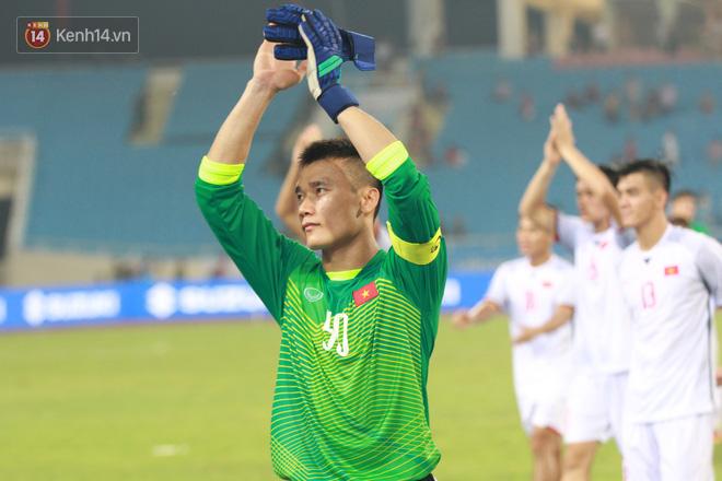 Trả lời truyền thông ngay sau chiến thắng của U23 Việt Nam, HLV Park Hang Seo thừa nhận cậu học trò có tố chất thủ lĩnh và còn phát triển trong tương lai. Theo nhận định từ giới chuyên môn, Tiến Dũng cùng Văn Lâm sẽ là 2 thủ môn được tin tưởng trao cơ hội ở ASIAD 2018.
