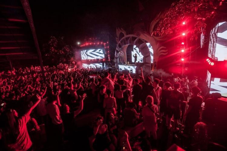 Rất đông người đặc biệt là giới trẻ có mặt trong đêm nhạc.