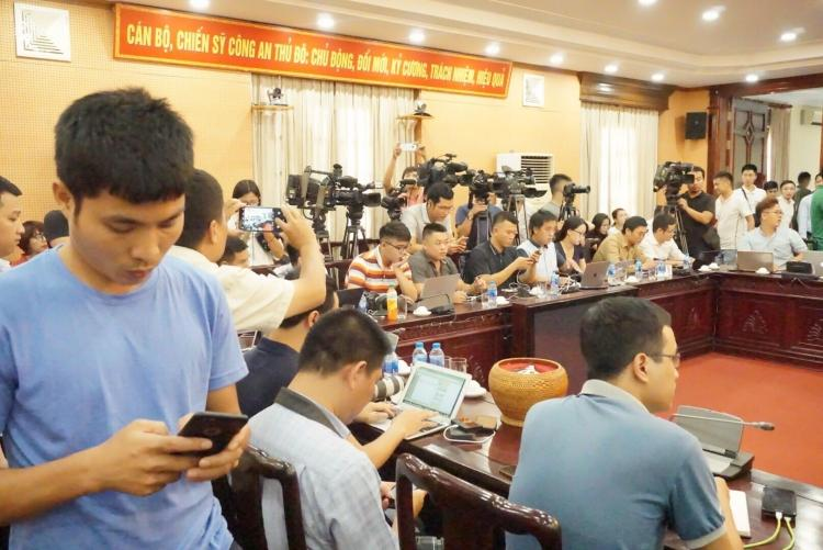 Rất đông các cơ quan báo chí có mặt từ sớm.