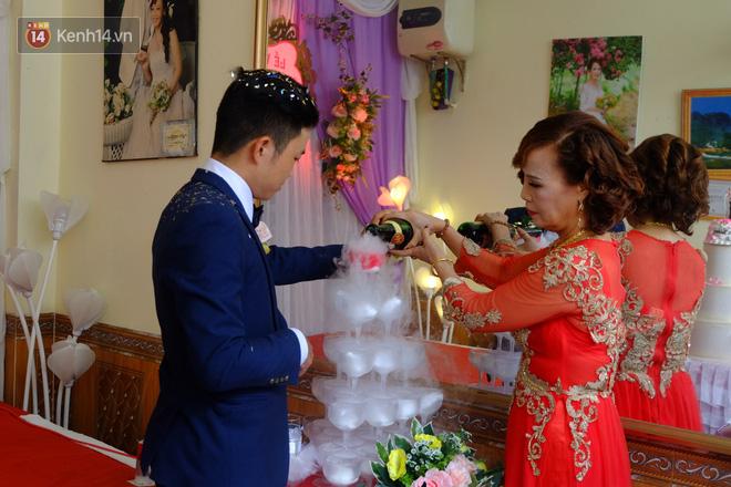 Cô dâu Thu Sao cùng chú rể Hoa Cương rót rượu mừng.