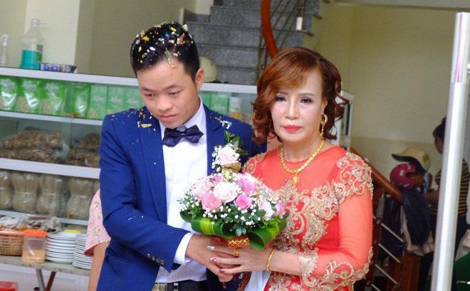 Cô dâu Thu Sao đeo vàng nặng trĩu - Ảnh: Internet