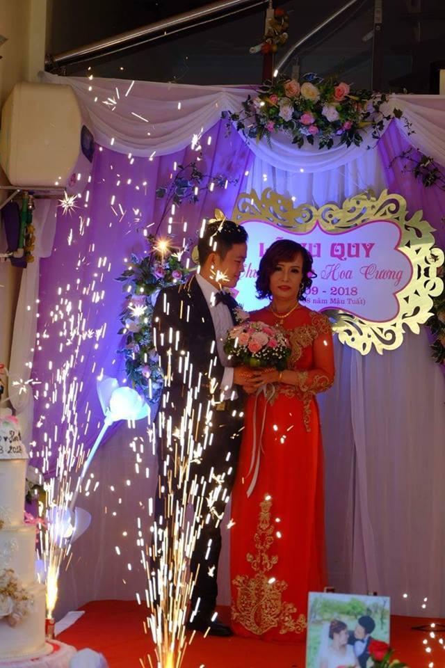 Chị Thu Sao và chồng hạnh phúc trong đám cưới.