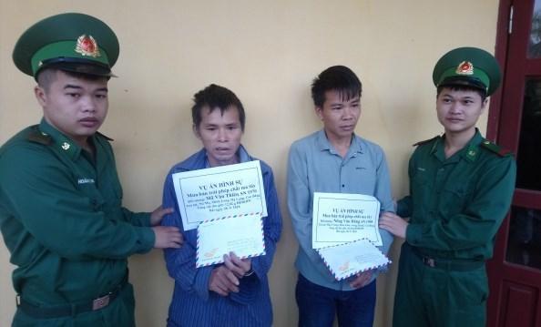 Mã Văn Thiên (áo xanh) và Nông Văn Dũng khi bị bắt giữ