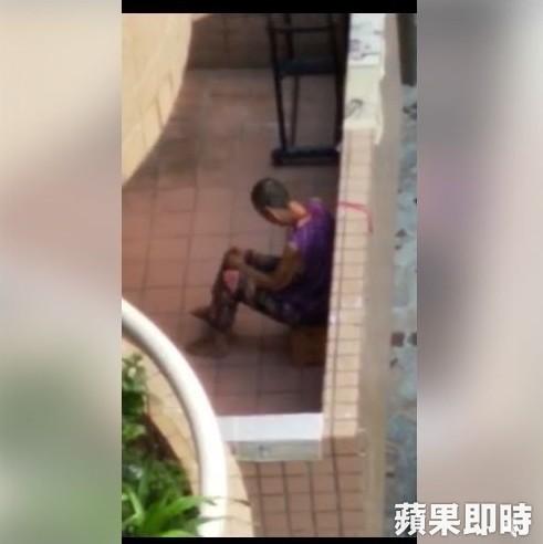Người phụ nữ lớn tuổi bị con dâu cột cổ ngoài hành lang.