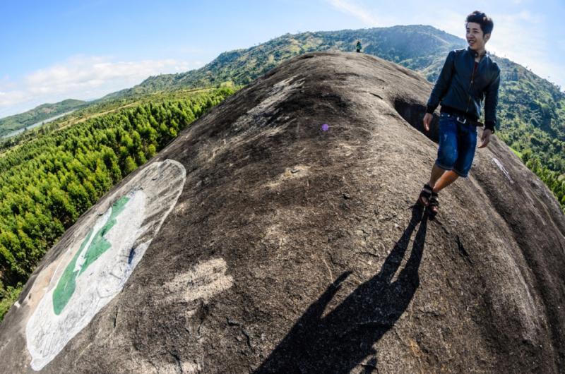Để leo lên đến được đỉnh tảng đá, được ngắm nhìn khắp xung quanh, nắng trên đầu và gió thổi từng cơn,   bạn phải cố gắng đến mệt nhoài.