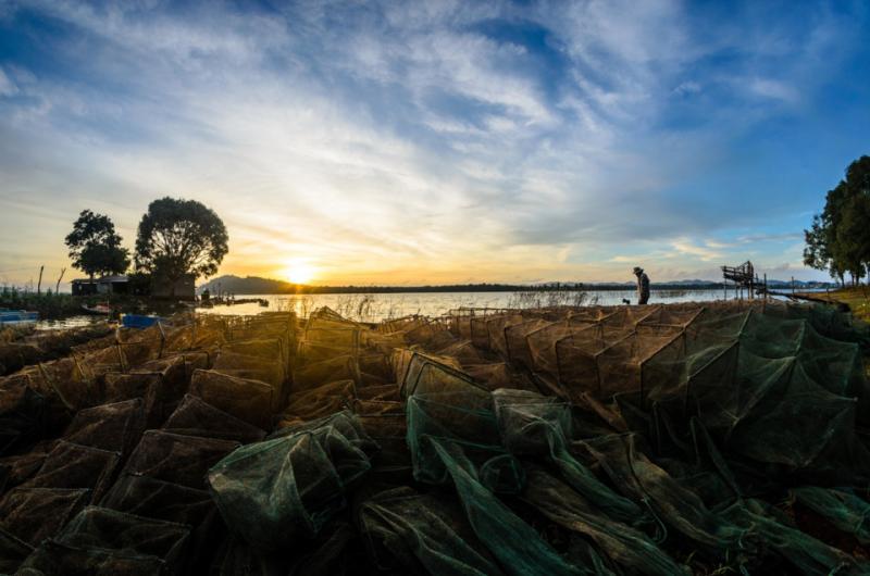 Ven hồ thường có người dân tập thể dục buổi sáng, nhờ con đường bê tông bao quanh.