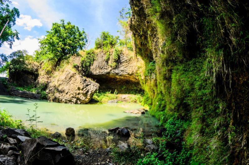 Một hồ tự nhiên được tạo ra nhờ dòng thác là nơi bạn có thể thư giãn, vui chơi và tắm nếu bạn muốn. Nơi đây cũng được nhiều du khách nước ngoài lựa chọn để đắm mình trong không gian bao la rộng lớn của thiên nhiên.