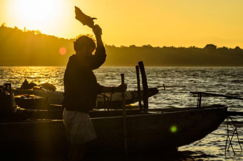 Ngư phủ làm việc khi ánh mặt trời vừa ló dạng tại hồ Ea Kao .