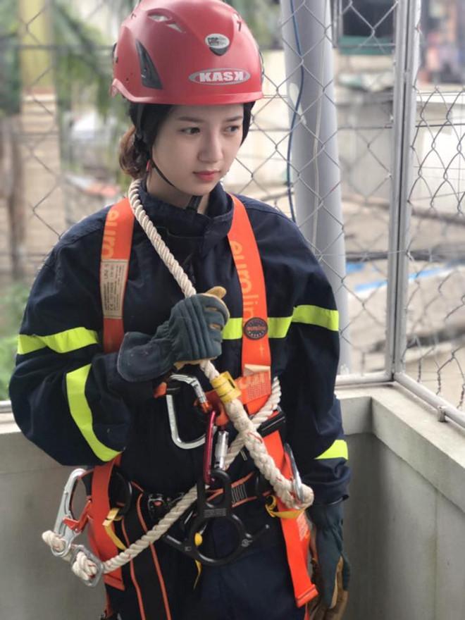 Hình ảnh thiếu nữ trong trang phục lính cứu hỏa thu hút sự chú ý của dân mạng. Ảnh chụp màn hình.