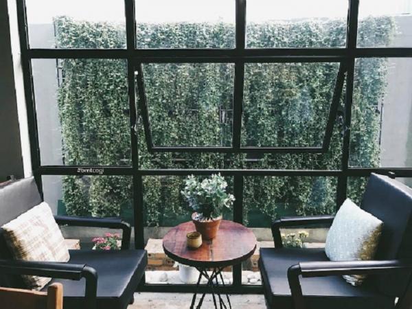 Quán 1990 café có view bên cửa sổ thoáng mát, cực đẹp. (Nguồn: bmtcogi)