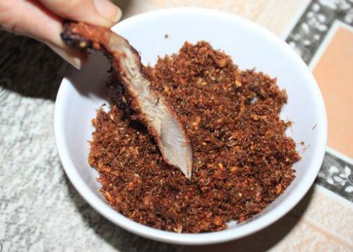 Muối kiến vàng là đặc sản của người dân Gia Lai. Ảnh: Eva.