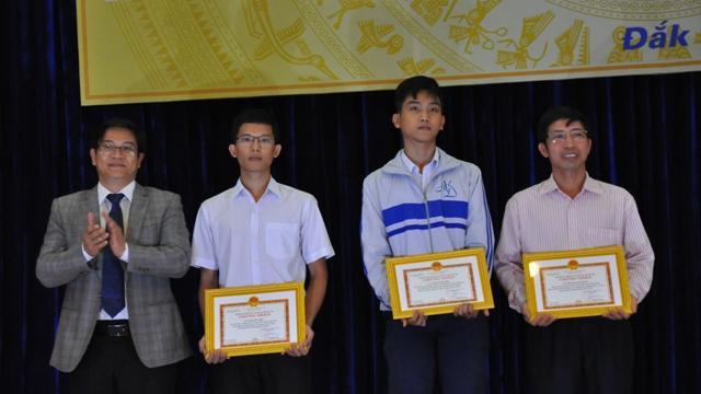 Phó Giám đốc Sở GD-ĐT Thái Văn Tài trao Giấy chứng nhận cho học sinh và đại diện học sinh đỗ thủ khoa vào đại học năm 2017.