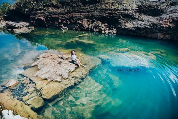Nước hồ đá trong xanh, tĩnh lặng đẹp vô cùng. (Nguồn: Hailecao.Photographer)