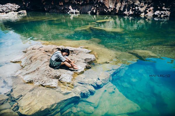 Tảng đá nổi cao giữa mặt hồ xanh biếc. (Nguồn: Hailecao.Photographer)