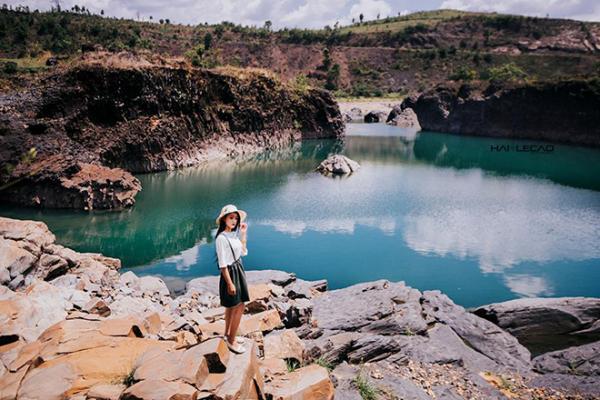 Mặt hồ trong xanh và phẳng lặng. (Nguồn: Hailecao.Photographer)