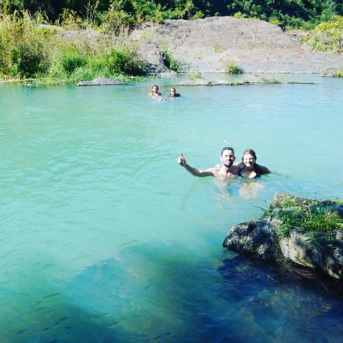 Hòa mình vào dòng suối mát để cảm nhận hết những điều tuyệt vời ở nơi đây. (Nguồn: Ali Leslie)