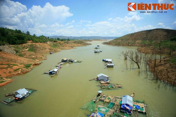Hồ được hình thành từ việc ngăn dòng một khúc sông Krông Nô thuộc địa phận hai xã Nam Kar (huyện Lắk, tỉnh Đắk Lắk) và xã Quảng Phú (huyện Krông Nô, tỉnh Đắk Nông) để xây nhà máy thủy điện Buôn Tua Srah vào năm 2009.