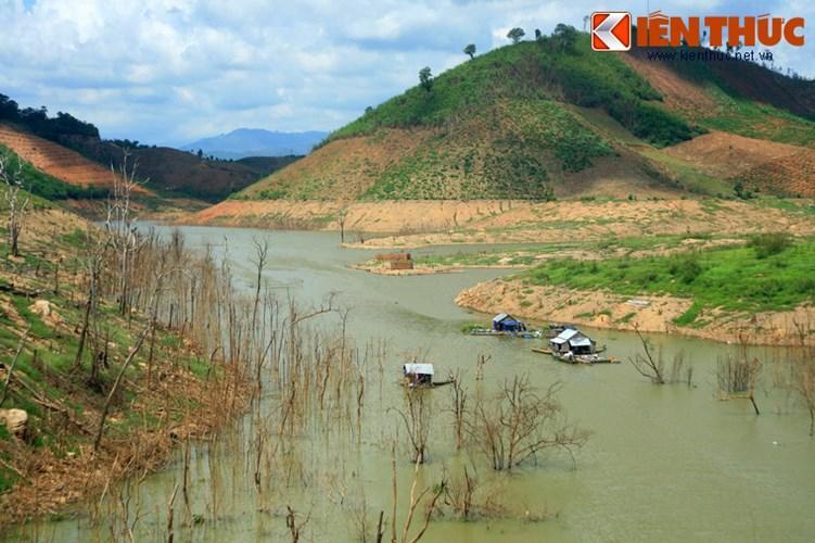 Những thân cây trơ trụi nhô lên từ mặt nước đã tạo nên một cảnh tượng đẹp ma mị cho hồ thủy điện Buôn Tua Srah.