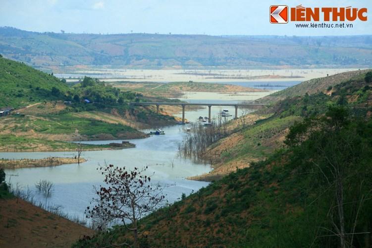 Nằm ở ranh giới hai tỉnh Đắk Nông và Đắk Lắk, hồ thủy điện Buôn Tua Srah là một trong những hồ nhân tạo lớn nhất của Tây Nguyên.