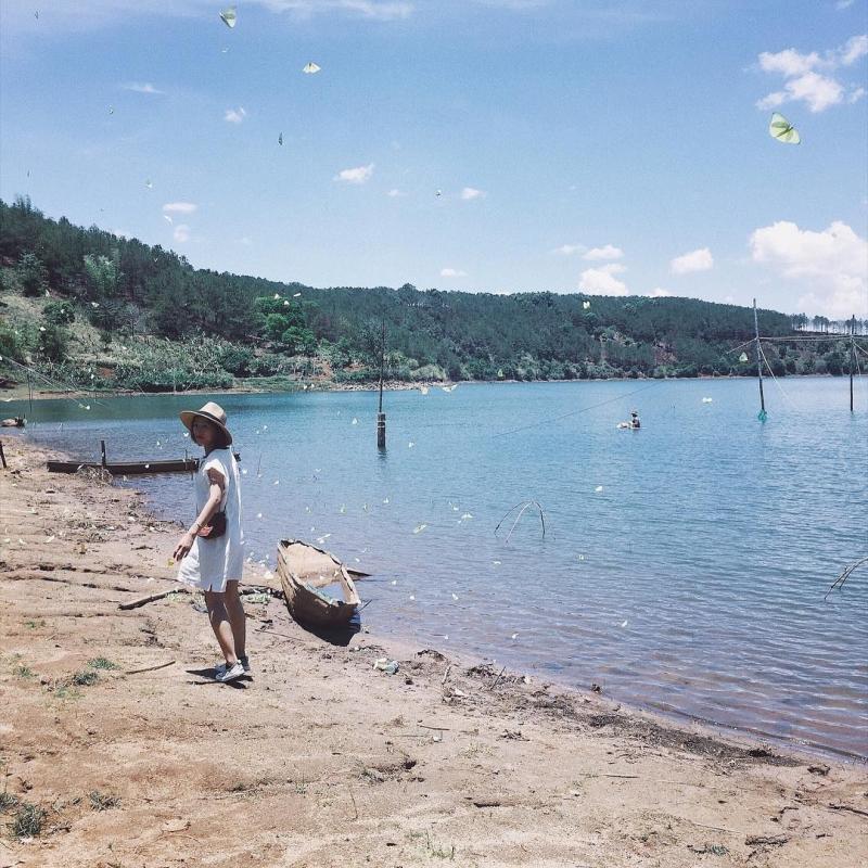 Phong cảnh xung quanh hồ mang nét đẹp rất ngoạn mục, từ những cây cối và các loài hoa khoe sắc ven hồ, ong bướm dập dìu tiếng hót của các loài chim lảnh lót mỗi buổi sớm mai. Kế đó là những cánh rừng bạt ngàn, những ngọn đồi uốn lượn trập trùng... Những chiếc thuyền độc mộc lướt trên mặt nước. Ảnh: Lyckng