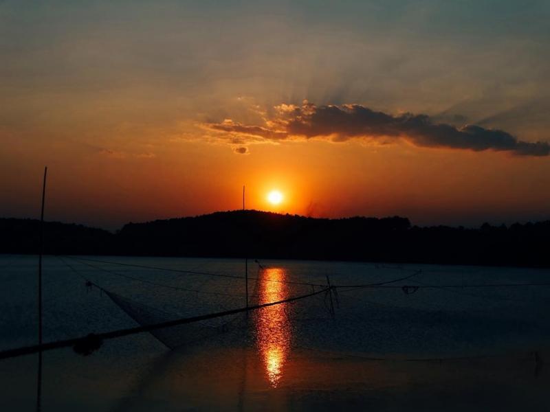 Vào buổi chiều, khi hoàng hôn ngả bóng, những vệt nắng soi bóng dưới làn nước trong xanh hiện lên mờ ảo đầy mê hoặc. Đứng trước hồ, hít một hơi thật đầy bầu không khí tươi mát, đưa mắt phía xa xa những ngọn núi trùng điệp, và cả những cánh rừng bạt ngàn. Ảnh: Quân