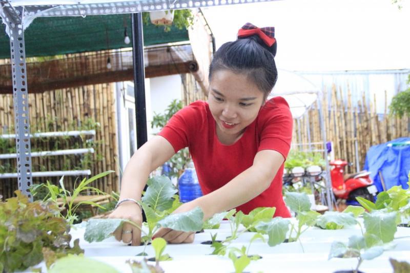 Chị Hoan bên những luống rau sạch tại quán cà phê rau 47 của mình. Ảnh: Trang Anh.