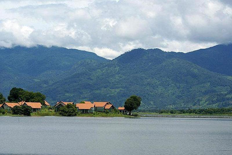 Hồ Lăk có diện tích bền mặt 6,2 km2. Nó được thông với con sông Krông Ana. Ảnh: Didauchoigi.