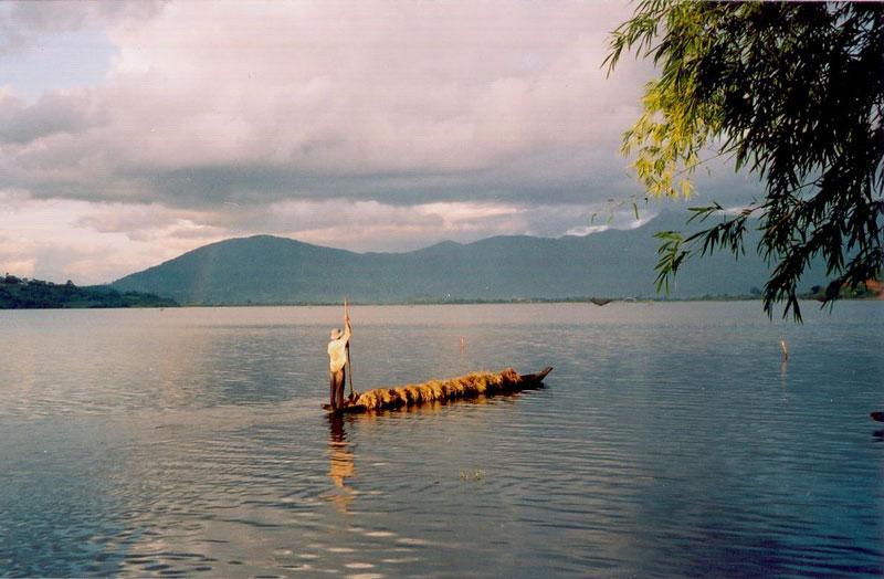 Mặt hồ luôn xanh thắm, xung quanh hồ được bao bọc bởi những dãy núi cao nên mặt nước hồ luôn phẳng lặng và có các cánh rừng nguyên sinh rộng lớn với hệ động thực vật phong phú. Ảnh: Didauchoigi.