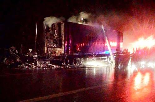 Xe container chở gỗ cao su cháy suốt đêm trên đèo. Ảnh: Quốc Thịnh.