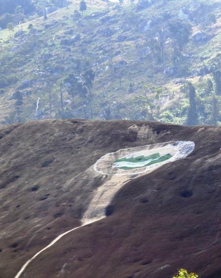 Hố trên đỉnh đá Yang Tao được cho là nơi nuốt cô H