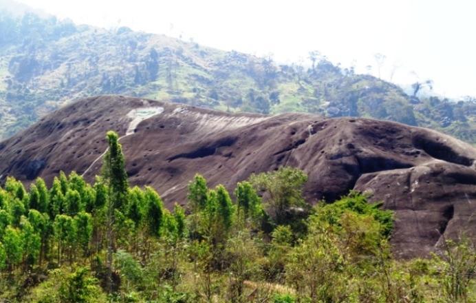 Đá voi cha nằm giữa những dãy núi trùng điệp (xã Yang Tao).