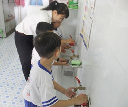 Các trẻ Trường Mầm non Hoa Hồng, thị trấn Quảng Phú, huyện Cư M'gar, tỉnh Đắk Lắk  rửa tay để phòng chống bệnh tay chân miệng (ảnh báo Đắk Lắk )