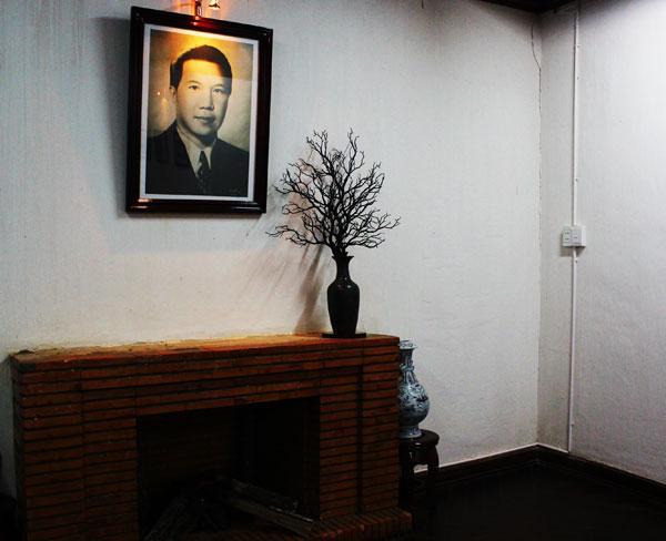 Chân dung vị hoàng đế cuối cùng của triều đại phong kiến Việt Nam. Ông là người phong lưu, cưới Hoàng hậu Nam Phương làm vợ chính thức nhưng có vô số nhân tình là các người đẹp, hoa khôi.