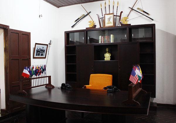 Phòng làm việc của Quốc trưởng Bảo Đại, khi ông còn hợp tác với quân Pháp. Căn phòng còn giữ nhiều hiện vật như nhiều cuốn sách về quân sự, quốc kỳ của các nước...
