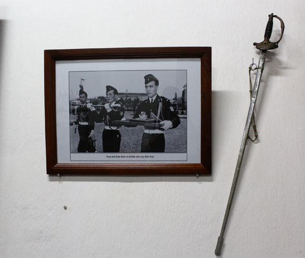 Thanh kiếm và bức ảnh trao trả lại kim bảo, kiếm cho cựu hoàng Bảo Đại treo trên tường.