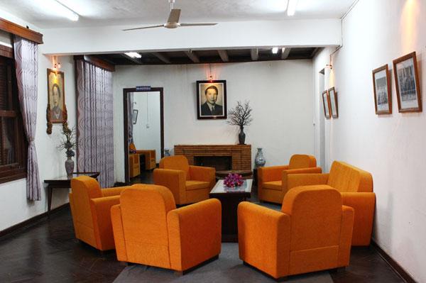 Bên trong biệt điện được trang trí đơn giản, ấm cúng. Phòng khách treo hai bức chân dung lớn của cựu hoàng Bảo Đại và Hoàng hậu Nam Phương. Đi từ ngoài vào trong là phòng khách, phòng làm việc, phòng ngủ. Từ năm 1977, biệt điện được dùng làm nhà khách, hiện thuộc một phần bảo tàng văn hóa các dân tộc Việt Nam tại Đăk Lăk.