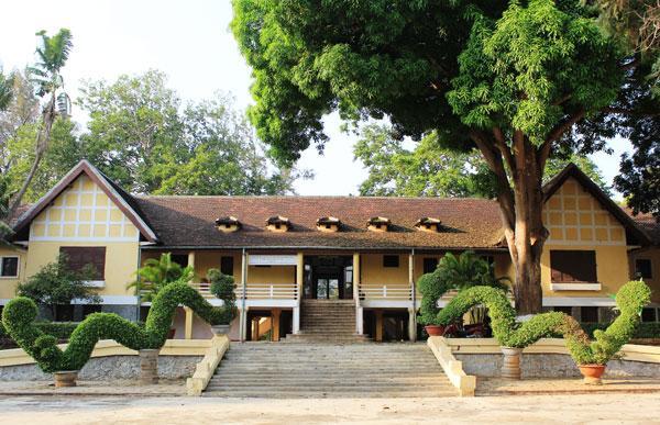 Biệt điện Bảo Đại nằm trên đường Nguyễn Du, ngay trung tâm TP Buôn Mê Thuột (Đăk Lăk), nơi mà hầu như du khách nào cũng ghé thăm khi đến thủ phủ của Tây Nguyên. Ban đầu, tòa nhà được xây bằng gỗ, tre, sau đó được dựng lại bằng đá, xi măng kiên cố, có mái ngói, sàn gỗ, tầng hầm bê tông kiên cố ở phía dưới. Ngôi nhà hoàn thành năm 1927, có tuổi thọ gần 90 năm. Ngôi biệt điện trước là nơi ở của công sứ Pháp, sau chuyển cho cựu hoàng Bảo Đại dùng khi ông quay trở lại hợp tác với Pháp vào năm 1949.