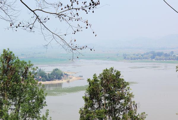 Đứng trên biệt điện có thể nhìn thấy quang cảnh hồ Lăk. Biệt điện nằm cách trung tâm TP Buôn Mê Thuột hơn 50 km, dọc theo quốc lộ 27. Qua một thời gian bị bỏ bẵng, nơi đây giờ là tổ hợp nhà hàng, khách sạn sang trọng phục vụ  khách tham quan.