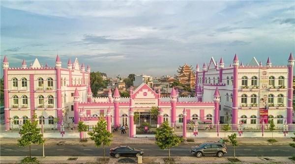 Đây không phải lần đầu ở Việt Nam xuất hiện những ngôi trường với thiết kế lâu đài và được phủ màu hồng trọn bộ. Trước đó, dân mạng cũng