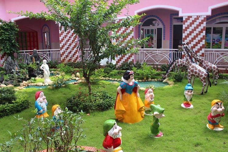 Một góc khuôn viên trong ngôi trường mầm non màu hồng ở Buôn Ma Thuột. Ảnh: FB Mầm non tư thục Hello Kitty