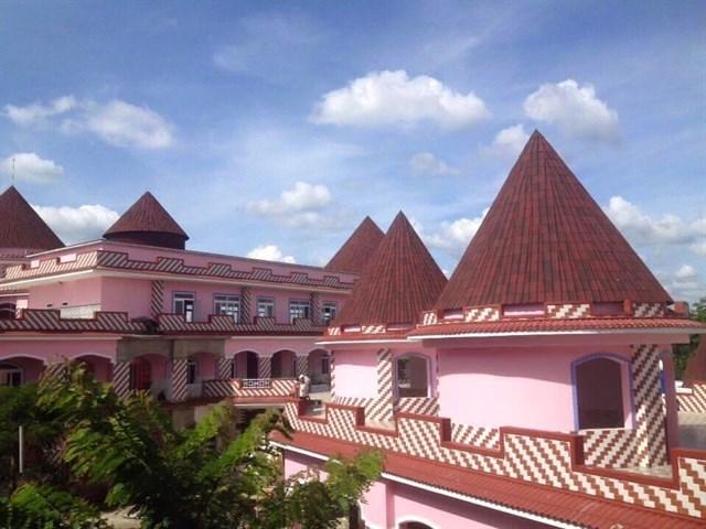 Những ngày gần đây, hình ảnh về một trường mầm non với thiết kế theo hình dáng lâu đài cổ tích, sơn hồng toàn bộ đang thu hút sự chú ý và gây ra cơn