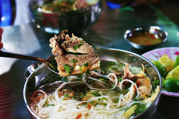 Bún măng vịt Sài Gòn Là món ăn không phải xuất xứ tại Sài Gòn nhưng thu hút thực khách bởi vị nước lèo ngọt thanh được nấu theo phong vị miền Nam. Bún măng vịt có sự kết hợp với độ dai, vị beo béo của thịt vịt với mùi thơm của gừng, ngò gai, và vị hăng nhưng không nồng của măng. Sự tổng hòa này thấm dần vào vị giác, len xuống tận cổ khiến không ít thực khách mê mẩn.