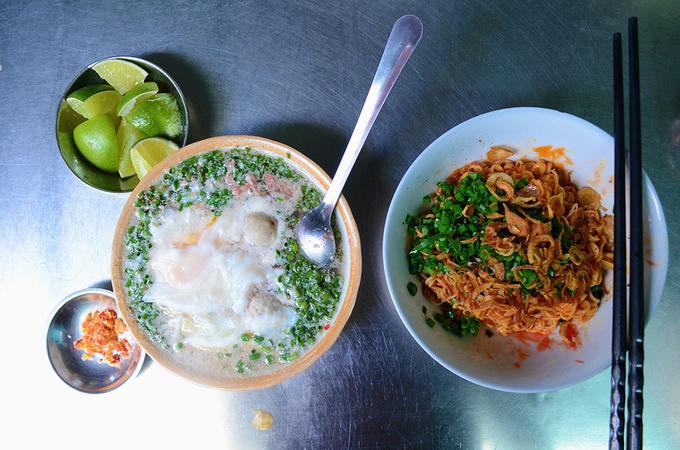 Mì cay muối ớt ở Sài Gòn Có những quán bán món này đã hơn 40 năm ở Sài Gòn. Điểm nhấn khiến món ăn trở nên đặc biệt chính là sự kết hợp hài hòa hương vị của thịt bò băm, miếng tôm xay nhuyễn, trứng gà nằm gọn trong tô nước lèo nghi ngút khói.