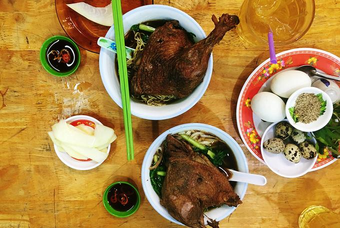 Mì vịt tiềm ở Sài Gòn Tuy là món ăn của người Hoa nhưng mì vịt tiềm luôn nổi bật trong vô vàn các món ngon ở Sài thành. Dạo quanh các con đường ở khu trung tâm, bạn sẽ dễ dàng tìm thấy những quán mì vịt tiềm từ bình dân đến sang trọng. Sự hấp dẫn của món ăn phải kể tới đầu tiên đó là mùi thơm đặc trưng của các loại thuốc bắc trong nước lèo. Kế đến là vị ngon của miếng thịt vịt được tẩm ướp với công thức riêng tạo nên hương vị rất riêng của món ăn.