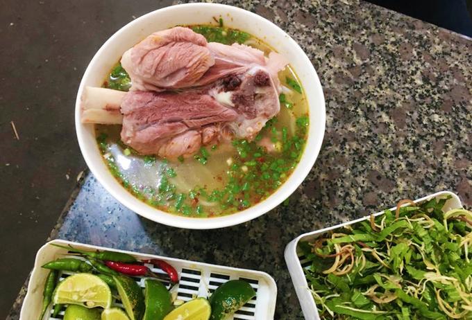 """Bún chìa Buôn Mê Thuột Nổi tiếng tại """"thủ phủ cà phê Việt Nam"""", bún chìa hay còn gọi là bún giò chìa níu chân thực khách bởi hương vị quen mà lạ. Món ăn được nhiều người đánh giá là khá giống với bún bò Huế, nhưng khác biệt rõ rệt nhất là ở phần nguyên liệu. Người dân vùng cao dùng phần tảng thịt phía chân sau của heo thay vì thịt bò. Biến tấu thú vị này không chỉ tạo nên sự đa dạng trong ẩm thực Việt mà còn trở thành đặc sản không thể bỏ qua khi ghé chân ở phố núi. Ảnh: Facebook."""